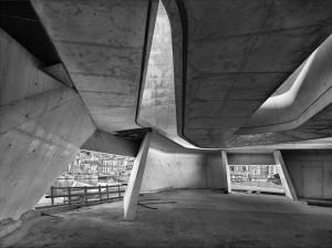 Pino Musi, Attraverso 2. Il cantiere della stazione marittima dell'architetto Zaha Hadid, a Salerno, 2012, courtesy dell'artista e della galleria Leggermente Fuori Fuoco